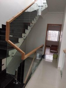 Cầu thang kính cường lực tay vịn gỗ