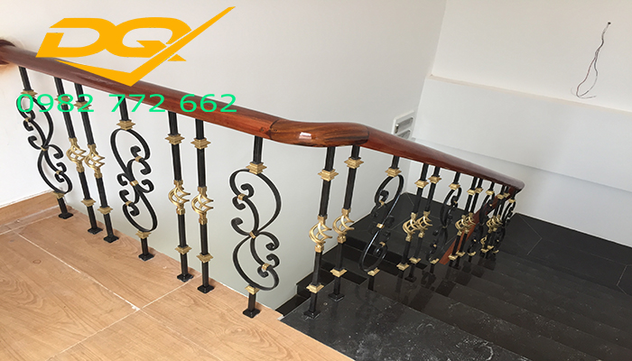 Mẫu cầu thang sắt nghệ thuật tay vịn gỗ lim nam phi