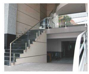 Thiết kế cầu thang kính tay vịn inox