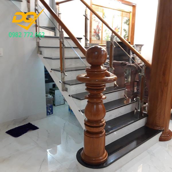 Mẫu cầu thang kính tay vịn gỗ - Mẫu 7
