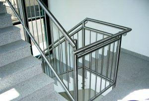 Có nên dùng cầu thang inox hay không
