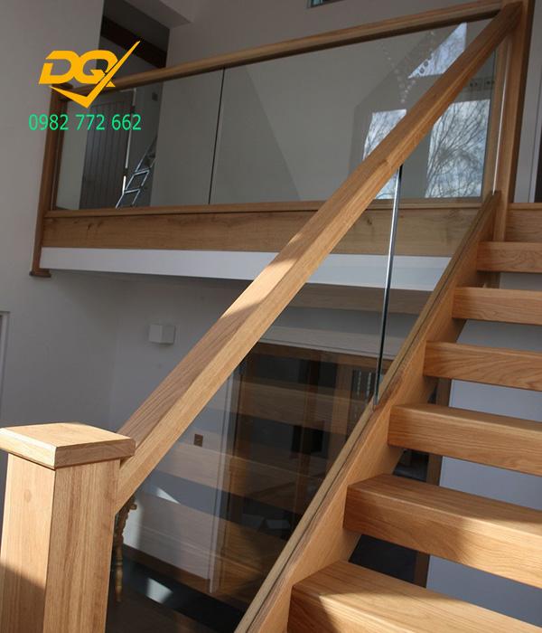 Mẫu cầu thang kính tay vịn gỗ - Mẫu 8