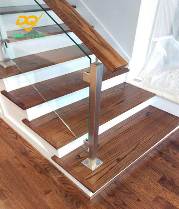 Mẫu cầu thang kính tay vịn gỗ - Mẫu 9