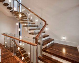 Cầu thang vách kính trong thiết kế nội thất hiện đại