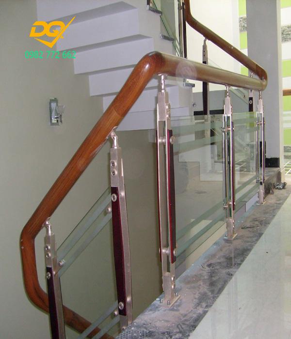 Mẫu cầu thang kính tay vịn gỗ - Mẫu 12