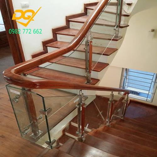 Mẫu cầu thang kính tay vịn gỗ - Mẫu 17