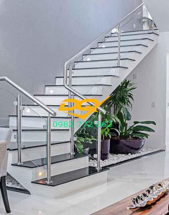 Cầu thang kính đẹp cho nhà biệt thự
