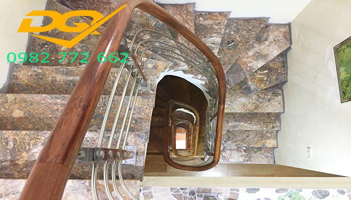 Những mẫu cầu thang inox đơn giản đẹp nhất hiện nay-Mẫu 8