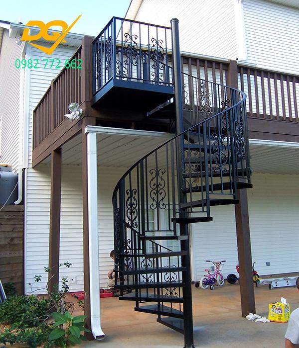 Cầu thang xoắn ốc cũ đẹp - Mẫu 9