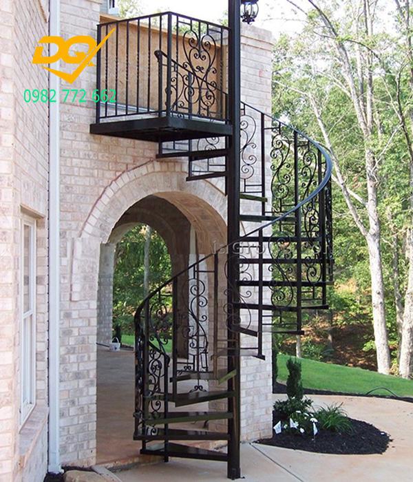 Cầu thang xoắn ốc cũ đẹp - Mẫu 10