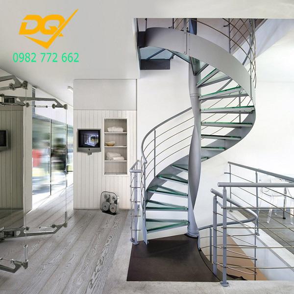 Cầu thang xoắn ốc cũ đẹp - Mẫu 12