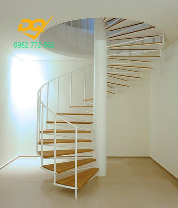 Cầu thang xoắn ốc cũ đẹp - Mẫu 16
