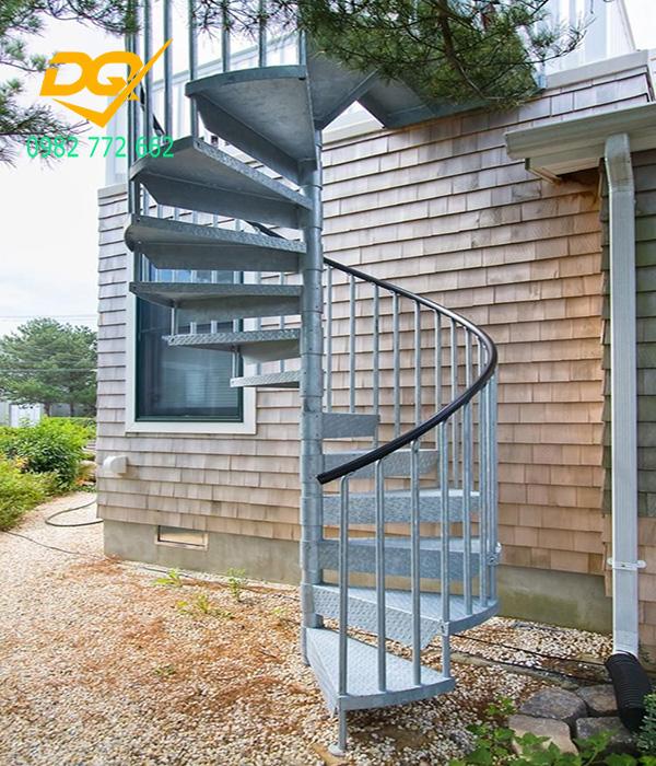 Cầu thang xoắn ốc cũ đẹp - Mẫu 17