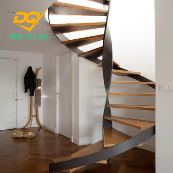 Cầu thang xoắn ốc cũ đẹp - Mẫu 23